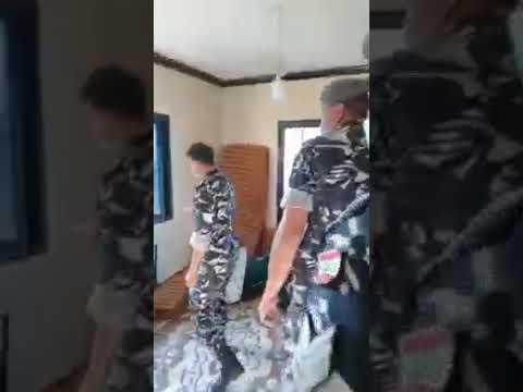بالفيديو – فتى مقيد بجنزير داخل منزل وقوى الأمن توقف والدته!!!