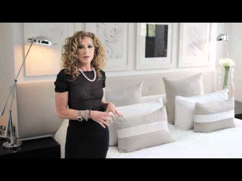 Kelly Hoppen : Classic summertime bed decoration