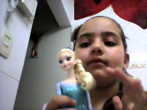 Amanda com a boneca Elza do frozen
