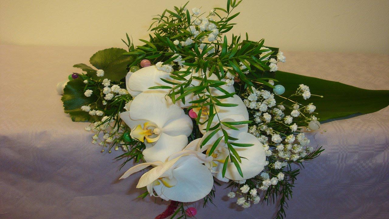 Blumendeko selber machen Liegestrau mit Phalaenopsis