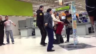 """Clientes gritam: """"Trombadinha"""" -  Foi pego no Carrefour Parolin - Curitiba"""