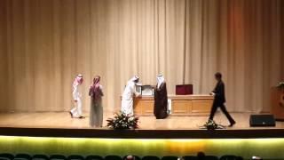 تسليم الدرع للدكتور محمد علي كشميري
