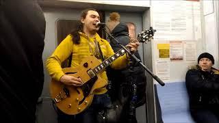 КРУТО ИГРАЕТ НА ГИТАРЕ И ХОРОШО ПОЕТ В ЭЛЕКТРИЧКЕ ГИТАРИСТ--YouTube. песни в московских электричках