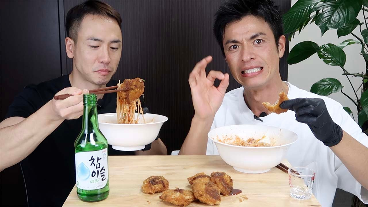 Download 매콤새콤달콤 쫄면과 돈까스 궁합을 맛보고 중독된 일본인 반응! Spicy, Sweet and Sour Jjolmyeon & Pork cutlet MUKBANG EATING SHOW