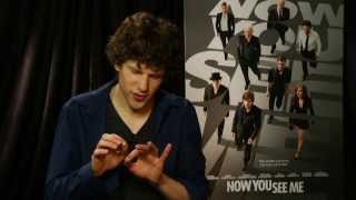 jesse eisenberg does some magic from now you see me univision noticias
