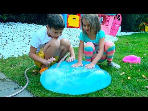 Макс и Катя играют с большими игрушками для улицы