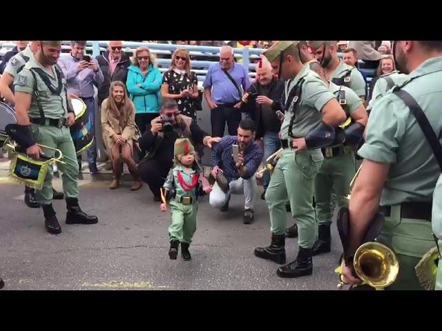 El niño legionario que sorprende cantando 'El novio de la muerte'