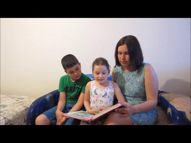 Изображение предпросмотра прочтения – СемьяФерапонтовы читает произведение «Как лечить удава» Г.Б.Остера