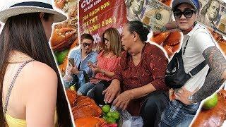 Đoàn Việt Kiều Mỹ Đến Mâm Cua Dì 3 Ủng Hộ Tiền Sau Vụ Lùm Xùm Cô Thúy và Dì 3