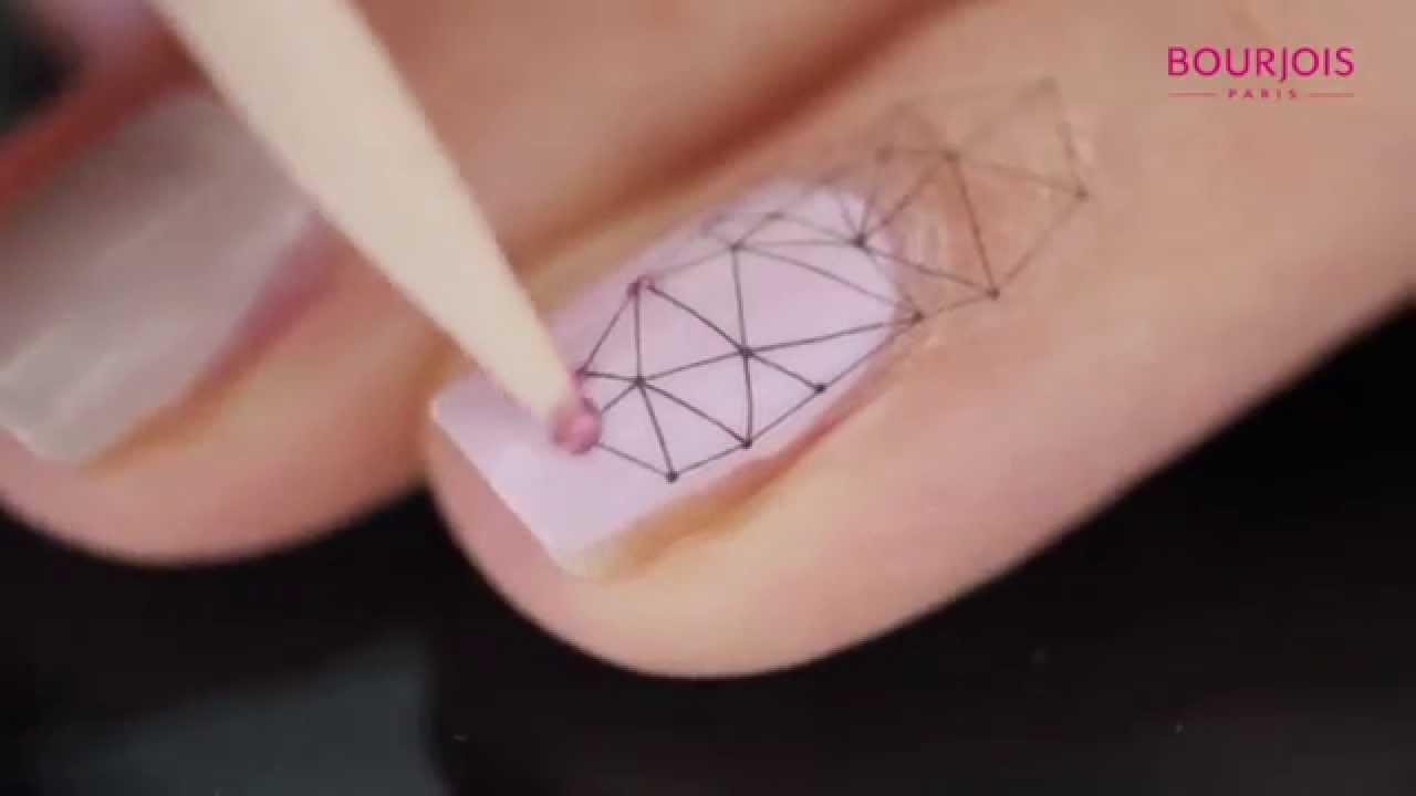 Nail Art Nude Avec Peace And Mauve Et Le Graphic Nail Tattoos Kit