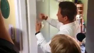 HIT Internetu ! Trzaskowski z taśmą klejącą naprawia drzwi !
