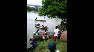Moradores de Almenara (MG) atravessam rio Jequitinhonha em canoas e barcos