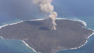 海上保安庁は24日、噴火が続く小笠原諸島・西之島(東京)の空撮映像...