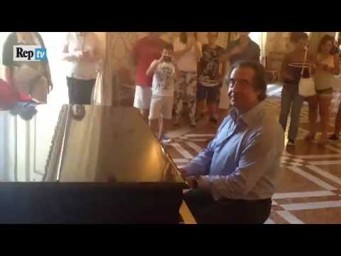 Riccardo Muti suona a sorpresa il pianoforte nel museo di Capodimonte (Napoli - 5 settembre 2016)