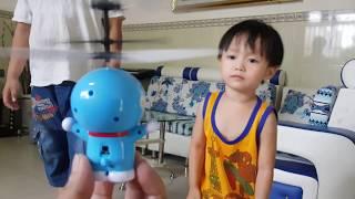 Đồ chơi trẻ em trực thăng bay Doreamon cảm ứng phát sáng - Kids Toy Media thumbnail