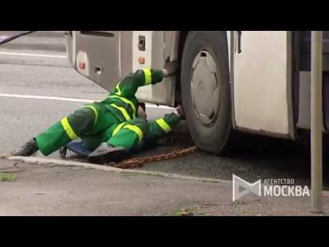 Автобус с китайцами врезался в столб, пострадали 29 человек