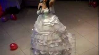 Невеста поет песню для своей мамочки