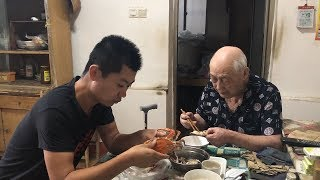 Crab caught in the sea and sent to the 90-year-old grandfather
