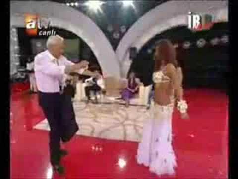 Didem performing on Ille-De-Roman Olsun