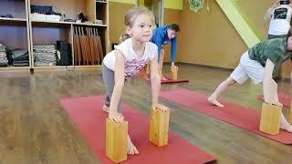 Детская йога в Дживе.