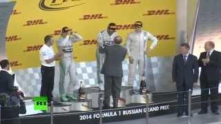 Путин вручил приз победителю первого российского этапа «Формулы-1»