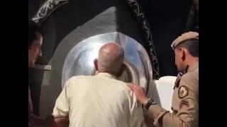 بالفيديو.. موقف مؤثر لشاب مع والده عند الحجر الأسود يثير مشاعر رجل أمن ويحظى بإعجاب المغردين