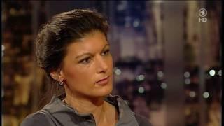 Mit viel humor gibt der moderator harald schmidt ein interview linken-politikerin sahra wagenknecht bei seiner show am 8. april 2011 um 22.45 ard...