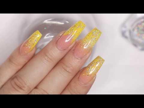 Uñas en tono amarillo babyboomer / Uñas acrílicas
