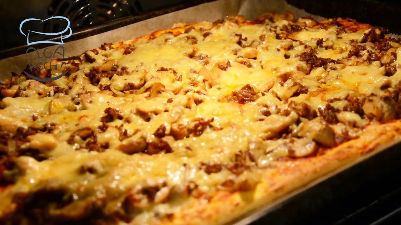 Selbstgemachte Pizza mit Hackfleisch, Pilzen, Zwiebeln und viel Käse   Hefeteig  