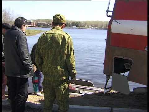 Краснотурьинск 2001. Москвич в реке.