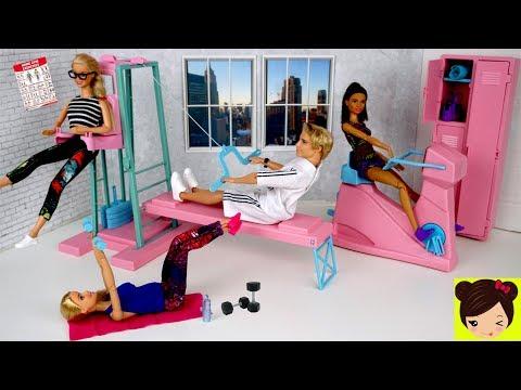 Barbie y Ken van al Gimnasio de Muñecas con Bicicleta y Maquinas de Ejercicios
