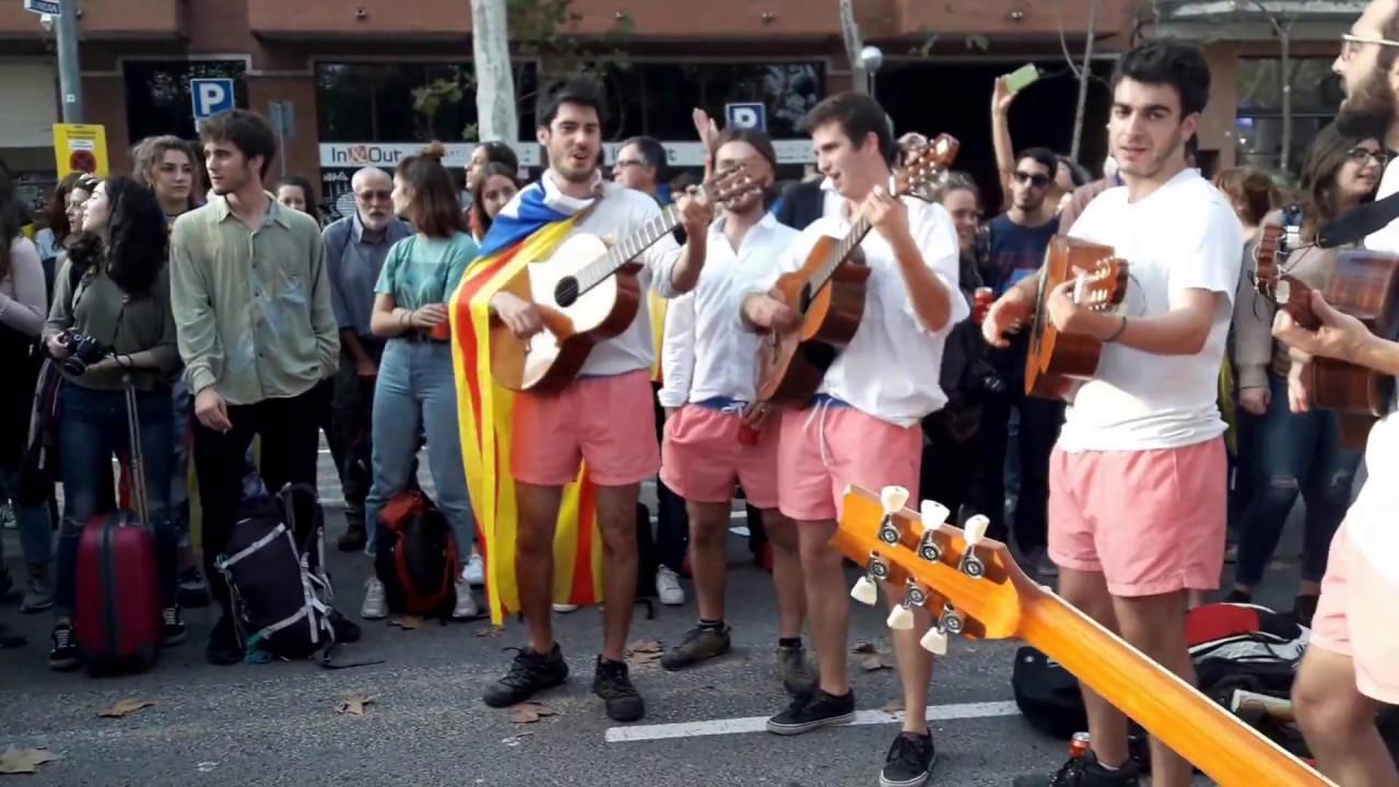 Afuera del Parlament, tras declarar la República catalana jóvenes ...