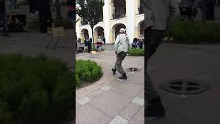 Фото Весёлый Мужик весело танцует на Невском проспекте