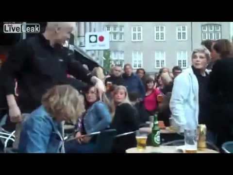 Phụ nữ say xỉn đi vệ sinh nơi công cộng.mp4