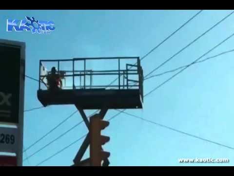 Homem levando choque eletrico