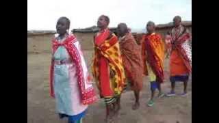 マサイ族村の女性たちが私達をかんえいしてくれた踊り.