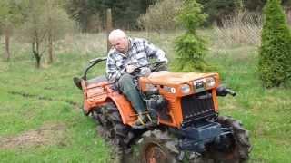 Minitraktor 4x4 Kubota 6001D wyjazd z podmokłego ogrodu . www.akant-ogrody.pl
