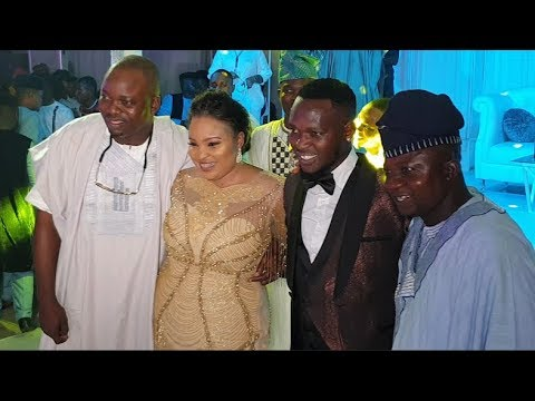 See how Okiki carry Sanyeri Afonja up as he storms in With Tijani Aka Kamilu Kompo to his wedding