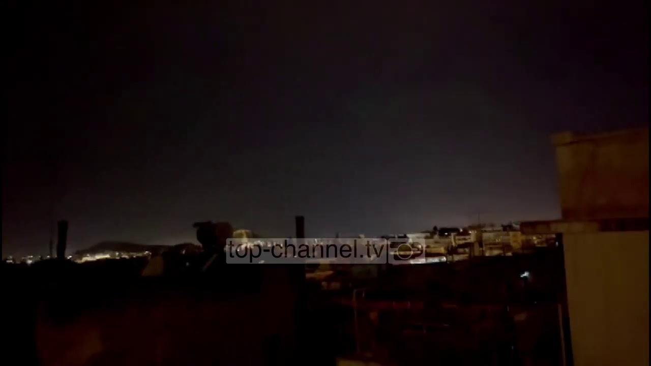 """Shpërthim i fuqishëm në Athinë, i gjithë vendi """"pushtohet"""" nga errësira"""