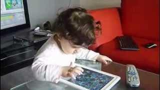 طفلة تلعب على الايباد