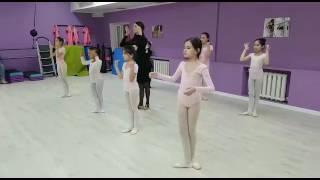 """Движения рук в казахском танце. Рабочий момент, группа 17:00. """"KamaliDanceStudio"""", весна, 2017 г."""