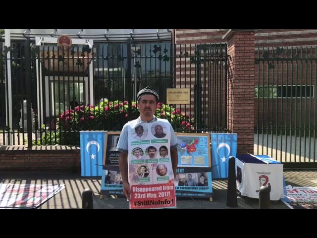 Abdurehim Gheni protests in front of Chinese embassy in Netherlands