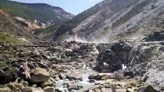 湯の華採取小屋らしきところを湯川に下りてゆく。 湯量少な目、湯温低め...