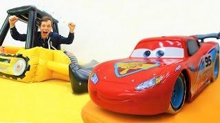 Видео для детей: Маквин, мультфильм Тачки: игрушки, машинки. Рушим дома!(Видео для детей про машинки, игрушки из мультфильма #Тачки и не только! Фёдор покажет и расскажет, как рушат..., 2016-11-25T12:01:30.000Z)