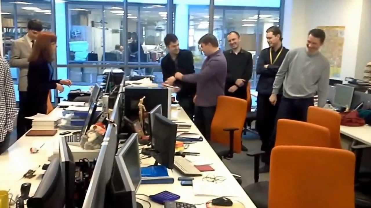 Оригинальное поздравление в офисе фото 329