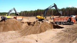 Экскаваторы грузят песок в самосвалы. Excavator loading sand.