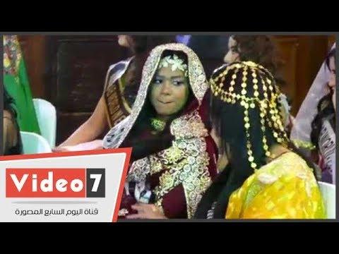 ملكة جمال الإمارات تقبل يد زميلتها السودانية بعد تعرضها لموقف محرج  - 14:22-2017 / 12 / 14