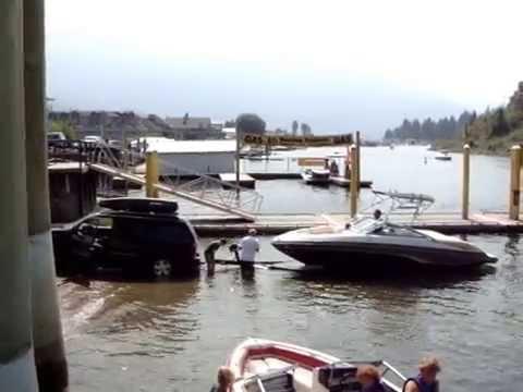 990801 二艘遊艇正在Canada Sicamous的河道下水