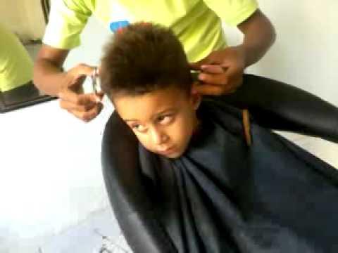 João vitor em o dorminhoco da cadeira do barbeiro. - YouTube