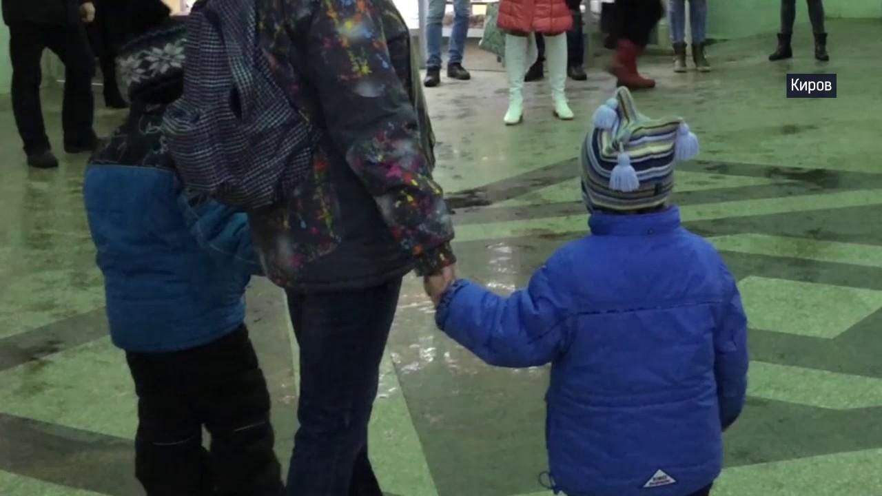 Песенный флэшмоб на вокзале в Кирове. Широка страна моя родная!